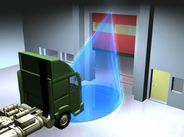 Robuuste infrarood deursensor HR-Robus detecteert een vrachtwagen bij een industriële deur bij de loading bay